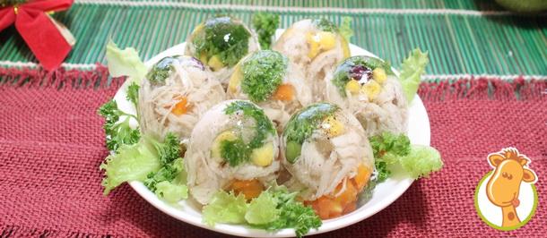 Холодная закуска на новогоднем столе – заливное в яйцах