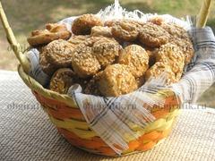 Подают вместо традиционных хлеба и булочек к первым блюдам, горячему или чаю. Особенно сочетаются слоеные «ушки» с розмарином и кунжутом, пропитанные пряным ароматом, с овощными и супами-пюре.