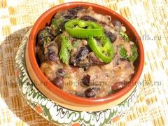 Подают лобио как горячим, так и остывшим вместе с основательными мясными блюдами или, просто, с национальной хлебной выпечкой.