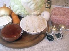 1. Берут белокочанную капусту, морковь, репчатый лук, фарш, масло, специи, для будущего соуса сметану и томатную пасту, а также заблаговременно отваренный рис.