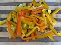 1. Овощи и зелень предварительно моем и подсушиваем. Нарезаем перец длинными тонкими полосками.
