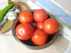 1. Кроме зрелых помидоров потребуются масло растительное, соль – лучше крупнокристаллическая, розмарин, перец горошком, стручок чили, чеснок, кубики паприки, веточка шалфея.