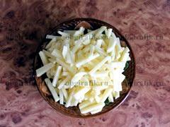2. Картофель почистить и нарезать тонкой соломкой или небольшими продолговатыми брусочками.
