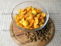 2. Разорвав/разрезав пополам, абрикосы избавляют от косточек.