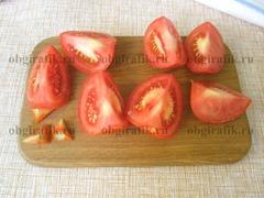 3. Нарезают на четвертинки, удаляют плодоножки.