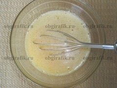 2. Яйца взбивают с сахарным песком.