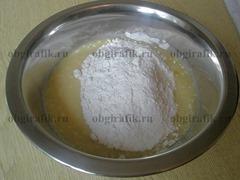 3. К сахарно-сливочной массе добавляют муку.