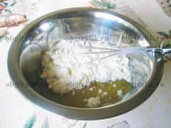 3. Слегка остудив смесь, в нее частями вводят сухое молоко и все взбивают.
