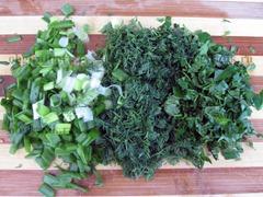 3. Произвольно измельчаем зеленый лук, укроп и петрушку.