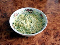 4. Чтобы приготовить птичьи яйца для «Гнезда глухаря», в небольшой мисочке размять желтки сваренных яиц чайной ложкой, плавленый сыр натереть на крупной терке (если вы взяли сыр твердого сорта – трите на мелкой). Заранее помытую и просушенную зелень мелко порезать, очищенный чеснок пропустить через чесноковыжималку. Смешать все ингредиенты, добавив туда буквально треть чайной ложки майонеза. Из полученной массы сформировать яйца. Если масса сильно пристает к рукам, просто слегка смочите их водой.