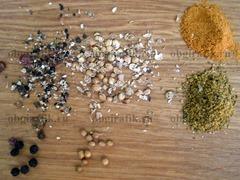 5. Горошины кориандра и перца раздавливают, подготавливают молотые острый красный перец и приправу хмели-сунели.