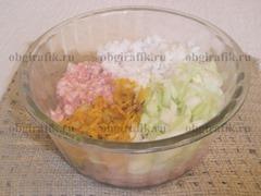 5. К фаршу добавляют обжаренные овощи, рис, тщательно отжатую капустную нарезку.