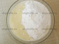 4. Соединив взбитые яйца со сметанно-крупяной массой, добавляют муку. Замешивают однородное тесто.