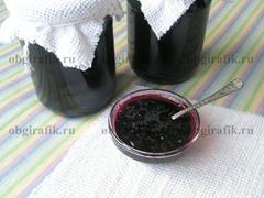 6. Горячее варенье из черной смородины раскладывают в стерильные банки и плотно закрывают крышками.