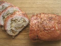 Получается самодостаточное блюдо, для которого кроме ломтика свежего хлеба не особо требуются гарнир или соус. Его тонкий аромат, деликатный привкус без чеснока и ярко выраженных пряностей, наверняка, придутся по душе даже капризным едокам. Готовый мясной рулет с луком-пореем нарезают шириной не меньше сантиметра иподают сразу же!