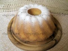 7. Готовый и уже остуженный манник на сметане украшают, например, просеянной сахарной пудрой.