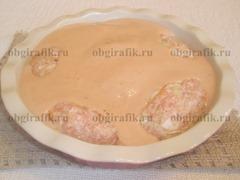 8. Густым соусом покрывают полуфабрикат, который отправляют в разогретую до 180 градусов духовку на 60-70 минут.