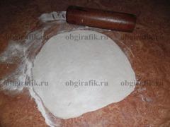 4. Когда тесто подросло, замесите его еще раз, разделите на 5-6 частей, каждую часть раскатайте чтобы получился круг.