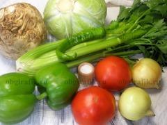 1. Кроме обязательных капусты и сельдерея, берут зрелые томаты, лук, перцы – предпочтительно зеленого цвета, специи.