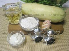 1. Берут кабачки, зелень, сметану, муку, соль, перец, чеснок и растительное масло для жарки.