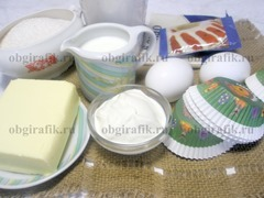 1. Подготавливают необходимые компоненты: муку, сахар, масло, яйца, какао-порошок, молоко, сметану, разрыхлитель для пышности выпечки.