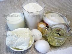 1. Для начинки потребуется творог и ложка сахара, для теста и жарки – мука, молоко, сахар, соль, яйца, растительное масло.