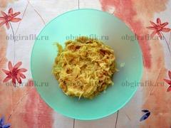 1. Картофель и лук натереть на средней терке.