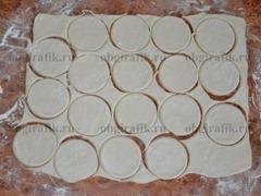 1. Бездрожеевое слоеное тесто раскатать так, чтобы у него получилась толщина примерно 3 мм.