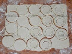 2. Вырезать из теста четное количество кружков для волованов, а в половине из них – кружки меньшего диаметра – это будут бортики и шляпки для волованов.