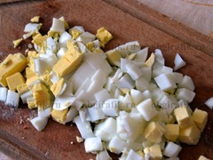 2. Яйца сварить вкрутую и так же нарезать кубиками.