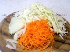 2. Капусту шинкуют, морковь трут на крупной терке, лук режут перьями или кубиками.