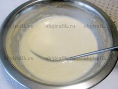 2. Соединив в одной емкости яйца, молоко, 4 ложки сахара, 4 ложки масла, щепотку соли и муку, замешивают жидкое тесто.