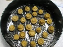 1. Застелив пленкой для пищевых продуктов дно формы, выкладывают грибы шляпками вниз.