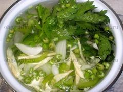 3. В кастрюлю закладывают капусту, сельдерей, лук, болгарский перец. Заливают овощи холодной водой, доведя до кипения, уменьшают огонь и варят минут 15-20. Зелень сельдерея связывают в пучок, а после готовности супа выбрасывают.