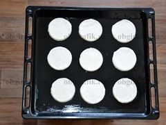 3. Смазать противень подсолнечным маслом и выложить на него основу для волованов, смазать ее слегка взбитым яйцом.