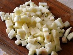 3. Яблоко (желательно кислое) почистить и порезать тоже кубиками.