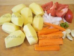 3. Овощи очищают, нарезают произвольной формы. Картофель среднего размера оставляют целым.
