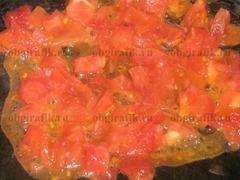 3. Очищенные томаты нарезают, обжаривают в сотейнике на растительном масле.