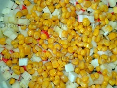 4. Все ингредиенты перемешать и добавить кукурузу.
