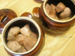 4. В керамическую посуду кладут обжаренные куски свинины.