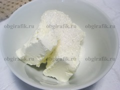 4. Творог растирают с сахаром.