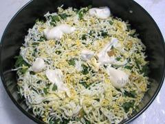 3. Затем слоем отваренных вкрутую и натертых или мелко нарезанных яиц. Промазывают майонезом.