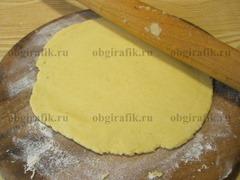 4. Раскатывают в пласт толщиной 2-3 мм.