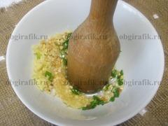 4. Чеснок, орехи, зелень растирают с небольшим количеством растительного масла.