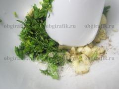 5. Параллельно готовят сметанный соус. В ступке растирают с солью и перцем изрубленную зелень, чеснок.