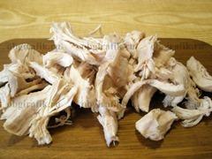 4. Куриную грудку разрывают по волокнам на крупные куски.