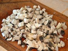 5. Для начинки шампиньоны почистить и порезать кубиками.