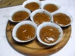 5. Наполняют вязким тестом примерно на 2/3 формы для выпекания. Выпекают в духовке 20-25 минут при температуре 180 градусов.