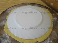 5. С помощью тарелки вырезают круги диаметром 10см.
