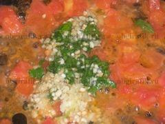 5. Чесночную смесь кладут к размягченным помидорам, продолжая тушить.